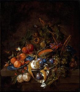 Stilleven met druiven, pruimen, een meloen, abrikozen, een geschilde citroen en hazelnoten op een stenen richel