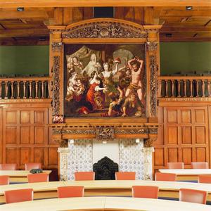 Rijk gebeeldhouwde schoorsteenbetimmering met allegorische schildering