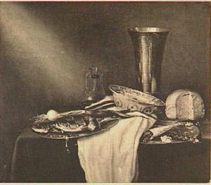 Stilleven met beker, porseleinen schaaltje, brood, peper, haring en ui op een tafel met wit servet
