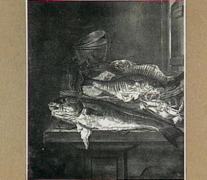 Visstilleven met kabeljauw en krab, weegschaal en rechts een openstaande deur