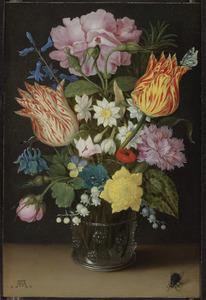 Stilleven van tulpen, rozen, narcissen en andere bloemen in een glazen beker