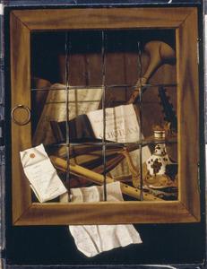Trompe l'oeil van voorwerpen achter een beglaasde kastdeur