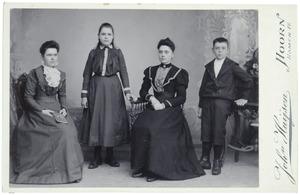 Portret van de kinderen van Jhr. Adriaan Hendrik Johan Bowier (1848-1915) en Francisca Huberta Verbrugge (1848-1891)