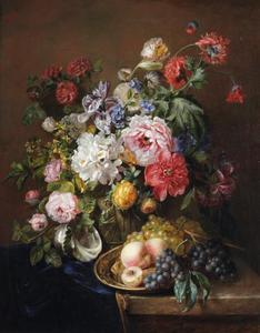 Bloemstilleven in vaas met klassiek relief, met een schelp en vruchten op een koperen schaal