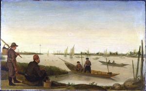 Uitgebreid rivierlandschap met vissers op het water en twee mannen aan de oever