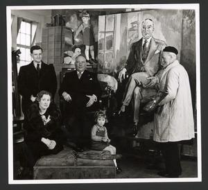 De schilder Kees van Dongen met twee modellen, waaronder Henri van Abbe, en twee andere personen
