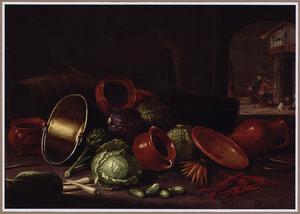 Stilleven met keukengerei, groenten; in de achtergrond een doorkijk naar een ruimte met twee figuren bij een haardvuur