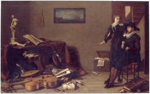 Twee mannen bij een uitstalling van muziekinstrumenten, documenten, wapenrusting, kunstvoorwerpen en een schedel