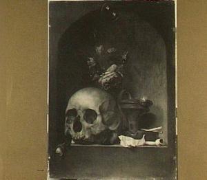 Vanitasstilleven van een schedel, een vaasje met bloemen en rookgerei in een nis