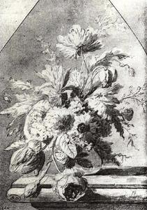 Bloemstilleven in een glazen vaas op een stenen plint