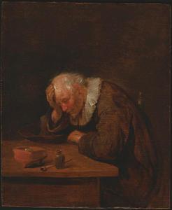 Oude man aan een tafel met een vuurtest en een pijp