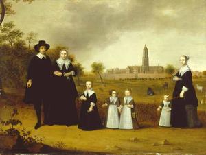 Portret van een familie met op de achtergrond de stad Rhenen met het Koningshuis en de Cunerakerk