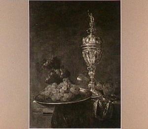 Stilleven met bokaal, wijnglas, bord met druiven en horloge