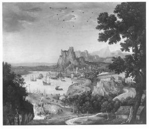 Landschap met havenstad en rotspartij aan een baai