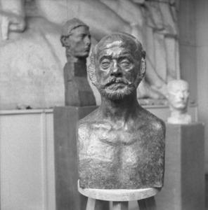 Het atelier van Antoine Bourdelle met een bronzen buste van een man