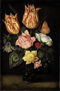 Bloemen in een berkemeier naast een vlieg, op een tafel