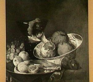 Stilleven met konische roemer, porseleinen schaal met sinaasappels, bord met abrikozen, druiven en pruimen