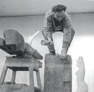 Portret van George van der Wagt werkend aan beeldhouwwerk 'Inspiratie'
