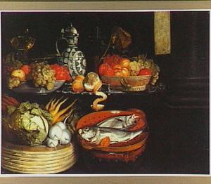 Stilleven van vruchten, groenten en vis met een roemer en een stenen kruik