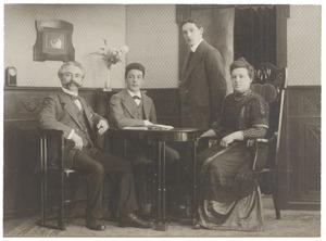 Portret van Willem Hendrik van den Bos (1863-1932) en zijn gezin