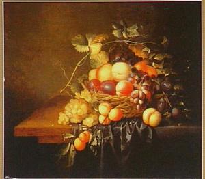 Vruchten in een mand op een tafel met een donker kleed