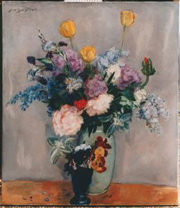 Stilleven met boeket in witte aardewerken vaas en klein boeketje viooltjes