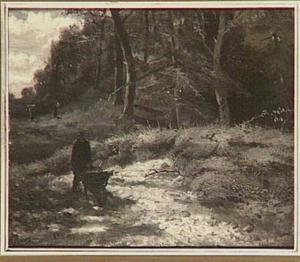 Bosgezicht met een man met een kruiwagen te Oosterbeek
