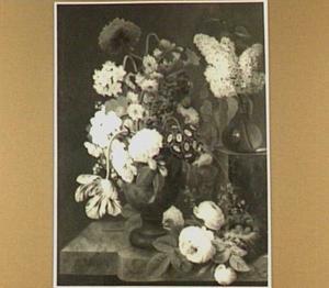 Stilleven van twee boeketten, een los takje rozen en een vogelnestje op een marmeren blad
