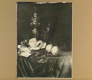 Stilleven met tafelzilver, oesters, een krab en citroenen