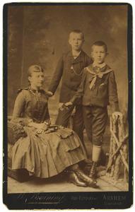 Portret van Elize Christine van der Haer (1873-?), Marius Albert van der Haer (1874-?) en Philip Maurits van der Haer (1877-?)