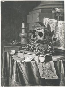 Vanitasstilleven met gelauwerde schedel op omgekeerde kroon, boeken en prent van baardige man