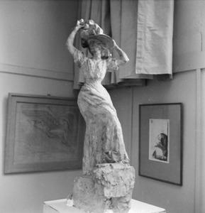 Het atelier van Antoine Bourdelle met een beeldhouwwerk van een vrouw ten voeten uit met hoed