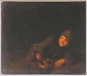 Een liggende jongen etend uit een aardewerken kookpot
