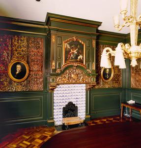 Wand met hangende schoorsteen met schilderstuk en goudleerbehang