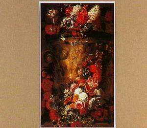Bloemen in en om een ornamentale tuinvaas, gedecoreerd met putti en een geit.