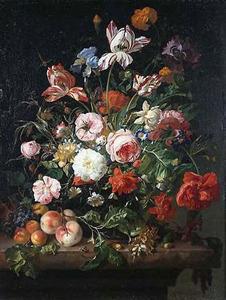 Bloemen in een glazen vaas, met vruchten, op een marmeren blad