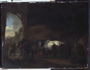 Stalinterieur met arriverende reizigers en een pissend paard