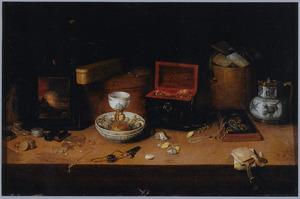 Stilleven van kostbaarheden met juwelen, schelpen, porselein, munten, een schilderij en andere voorwerpen gerangschikt op een tafel