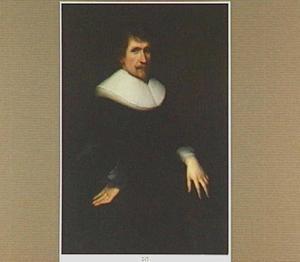Portret van een man met snor en puntbaardje, gekleed in een zwart kostuum met een liggende plooikraag