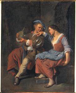 Een jonge man met een mandfles in gesprek met een jonge vrouw