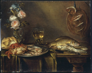 Stilleven met vissen en een karaf met bloemen