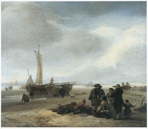 Strandgezicht met twee vissersboten, op de voorgrond visverkoop