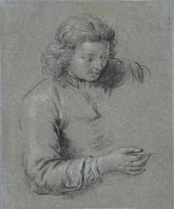 Jongeman ten halven lijve met een glas in de hand