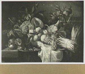 Vruchtenstilleven met roemer, mandfes en horloge op een tafel