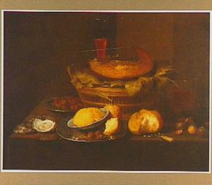 Stilleven van een stuk vlees in een mand met druivenbladeren, oesters, brood, boter en noten
