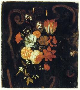 Een boeket bloemen op een stenen relief (fragment)