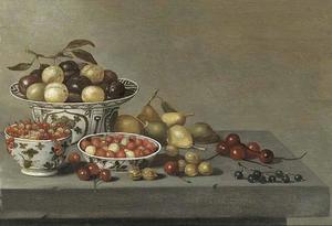 Vruchten op een tafel met met Wan Li-klapmuts en ander porselein