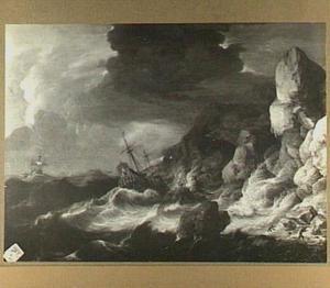 Schepen in zware storm voor een rotsachtige kust