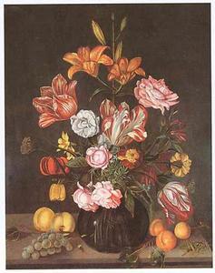 Bloemen in een glazen vaas, vruchten en een sprinkhaan, op een stenen plint