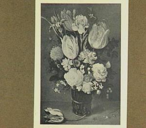 Tulpen en andere bloemen in een glas